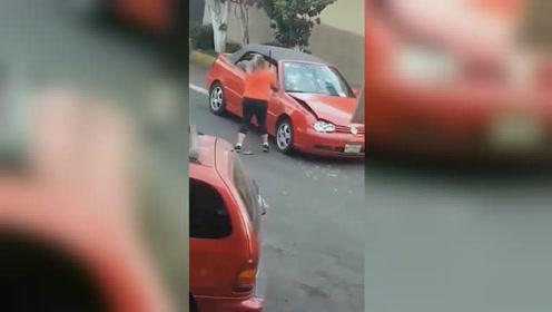 """两车相撞后女子""""路怒症""""发作 不光砸车还反复撞击"""
