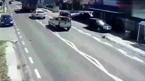 一男子横穿马路不长眼,下一秒送他上天堂!