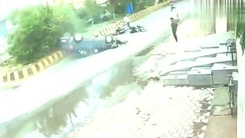 一看吓一跳,摩托车长脸了,这得开多快才能把轿车撞翻!