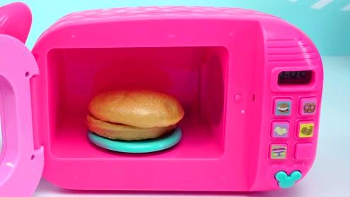 《奇奇和悦悦的玩具》小猪佩奇用微波炉做汉堡