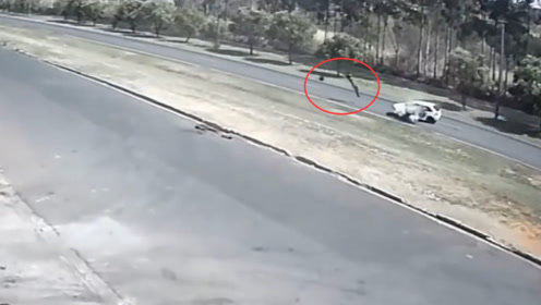白色轿车随意掉头,瞬间把骑摩托车上的人终结了,飞十几米远