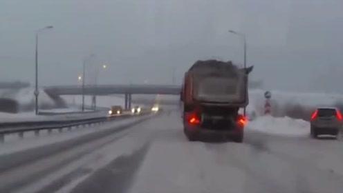 路面积雪就别想着超车了,一下没控制好出事了吧!