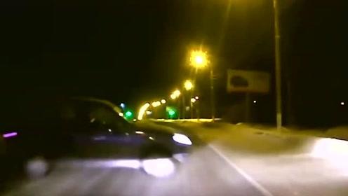 下雪天开车太危险了,看完这视频我是真不敢雪天开车了!