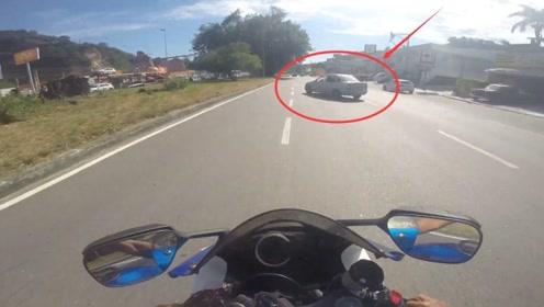 骑重机不要太狂了,遇上这样小轿车分分钟中招!