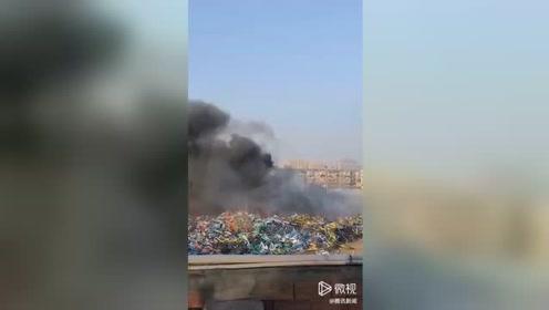 共享单车堆放点突发大火 浓烟滚滚旁边就是加油站