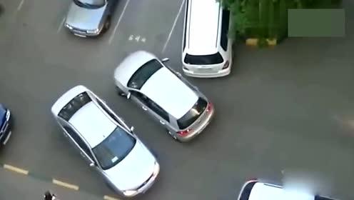 两女司机在停车场相遇 一场倒车拉锯战开始了