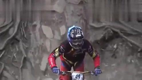 极限运动爱好者 男子骑单车炫飞起绝技, 真是太厉害了