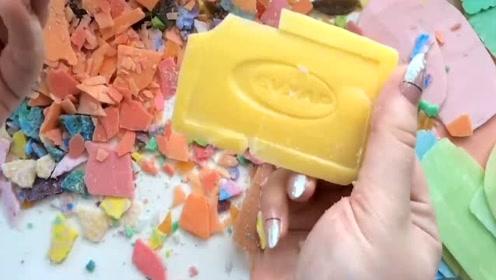 掰碎好看的香皂片,听声音真的很过瘾了