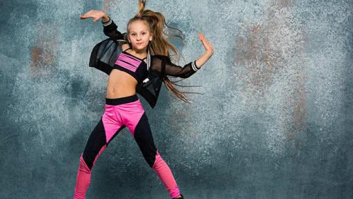 漂亮女生PK小正太Cwalk舞步,美女这舞步真的是太拉风了!