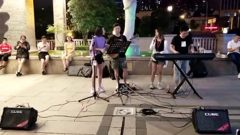 小姐姐在街头翻唱林俊杰的《可惜没如果》唱功很厉害