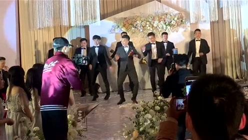 新郎携戏精伴郎团在婚礼上跳网红舞,台下伴娘激动得直拍手!