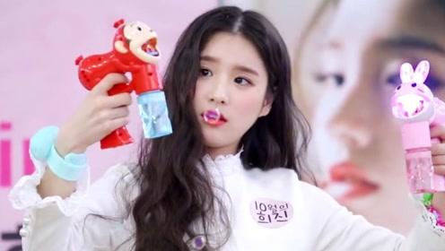 这个妹妹好可爱,玩泡泡枪一脸呆萌,会是下一代韩国女神吗?