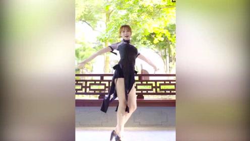 性感美女公园穿旗袍跳舞,长腿半漏,看得都脸红了!