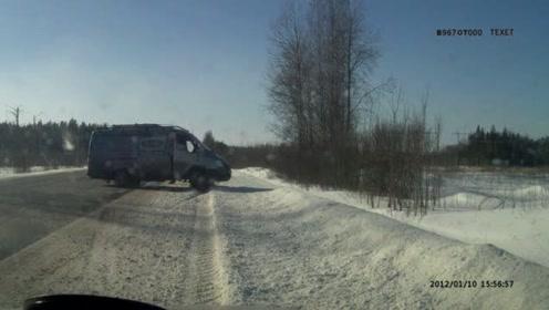 实拍货车行驶中轮胎跑掉导致的车祸
