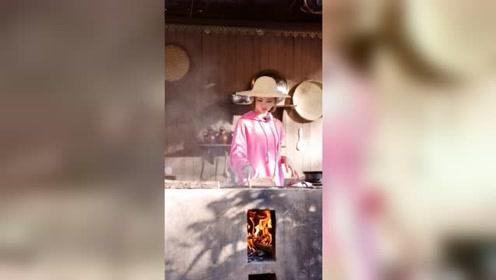 《哈哈农夫》杨超越当主厨,本就是农村姑娘,灶台生火娴熟掌勺