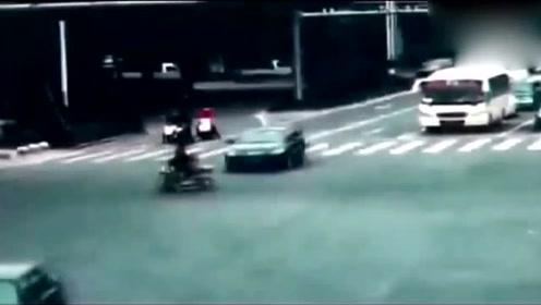 电动车女子逆向行驶,可怜了两个孩子和妈妈一起受难