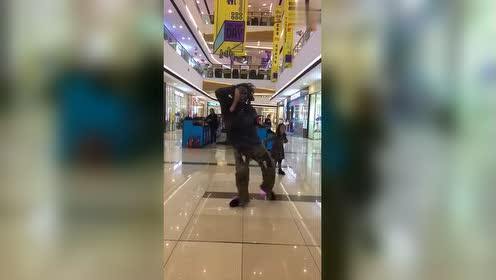 商场偶遇男子跳机械舞,这扮相让人不敢靠近,太有个性了!