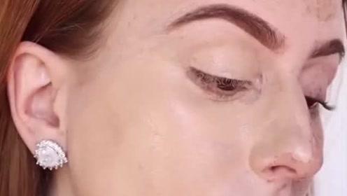 这得抹多厚一层粉底才能遮住雀斑啊,化完妆美爆了