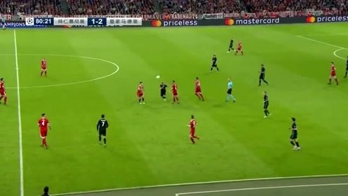 拜仁队球员想传球给队友,可惜队友没有接应上来被门将接住