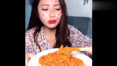 普通人吃火鸡面VS大网红吃火鸡面:大网红真够拼的,一脸痘了还吃