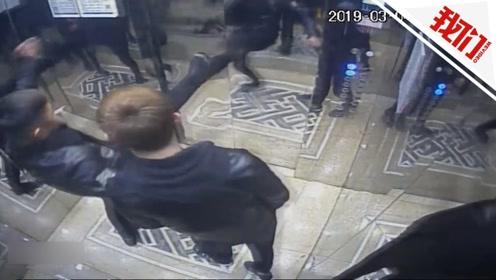 两小伙酒后疯踹电梯门 致电梯停运后又踹开逃走