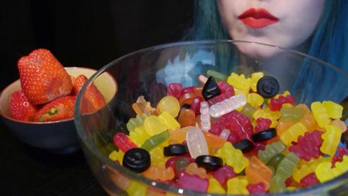 吃播美食之水果软糖,搭配五颗草莓,妹子吃的十分欢畅!