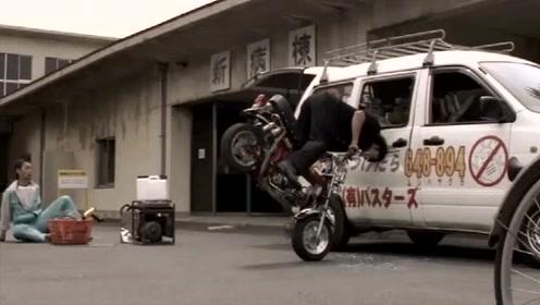 热血高校1:多摩雄不会骑摩托车,还偏要自己骑结果撞了别人的车