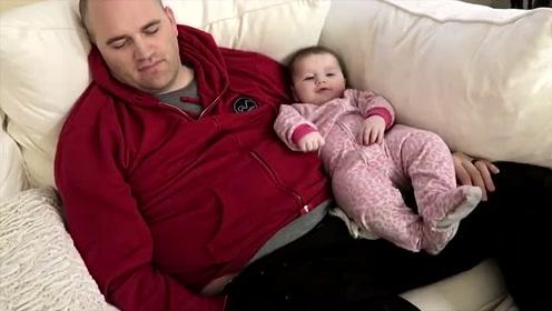 爸爸哄小宝宝睡觉,没想到自己先睡着了,接着宝宝的反应太可爱了