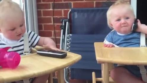 双胞胎宝宝一人一台电话,蓝衣服宝宝好可爱呀
