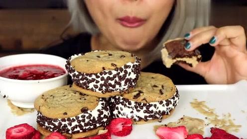 国外吃播:冰淇淋三明治,搭配可口草莓酱,姐姐吃得超过瘾