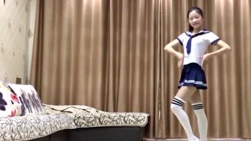 干净爱美的妹子跳《你给我的爱》,室内广场舞好看又好学