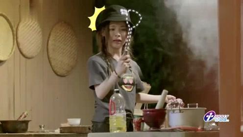 杨超越做饭,看到锅里不明物体,拿铲子捞出来,下一秒铲子飞了!