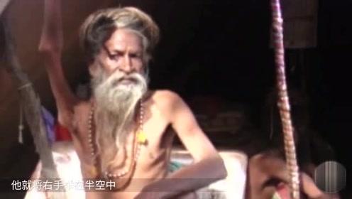 印度老人高举手臂43年,至今未放下一次,网友:看完心疼!