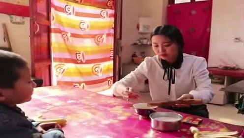 妈妈整日忙于农活,女儿很心疼,用香蕉和牛奶给她做了啥好吃的?