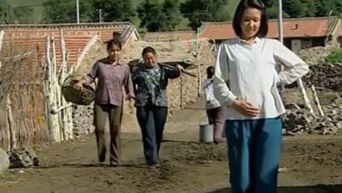 农妇还以为自己怀孕了,在村里走路都挺着肚走路,结果根本没怀上!