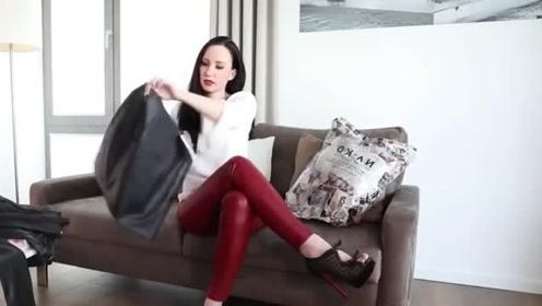 小姐姐试穿紧身皮裤,时尚修身有魅力