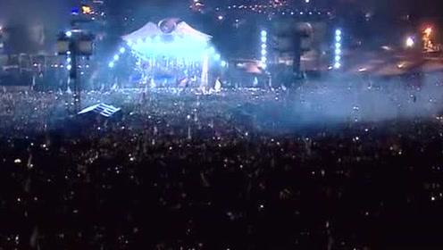 当阿黛尔唱到这首歌,全场13万人亮起了手机灯光,简直美哭了