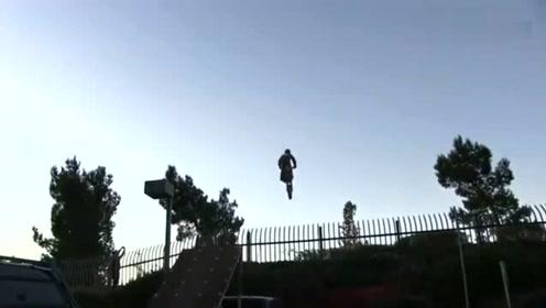 逆天的节奏:国外男孩玩越野车 懵圈了都 飞起来了