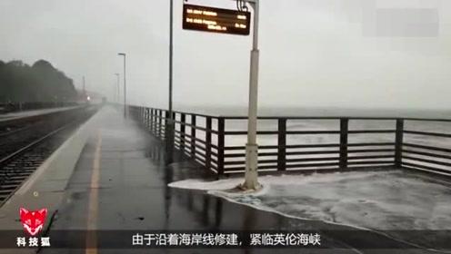 世界上最惨的火车每天从巨大海浪中穿行 不关窗就要被淹