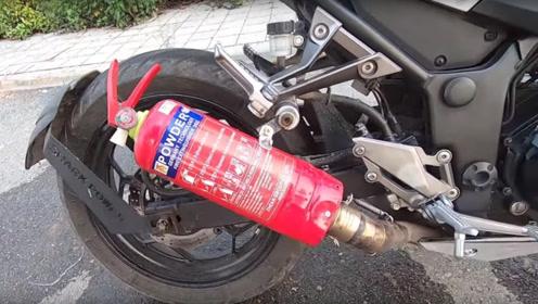 老外给摩托排气管接灭火器上路飙车,音浪更燃,还自带灭火功能!