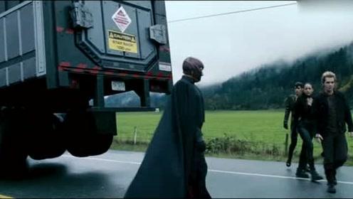 X战警3:万磁王劫变种人的囚车,站在原地,手轻轻一挥就搞定!