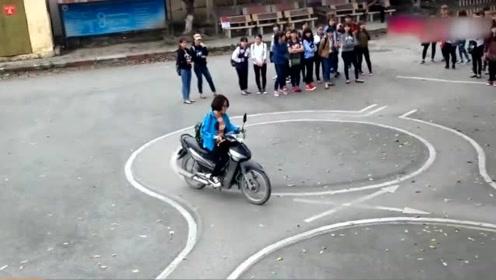 摩托车驾照考试现场,比科目二还难,考过的都是车神!