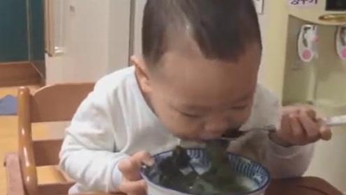 2岁宝宝喝海带汤,样子太带劲儿,看得我都流口水了呢