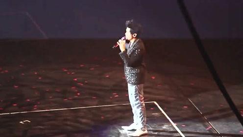 周杰伦在香港演唱《菊花台》唱至一半,曾志伟上台,现场彻底沸腾