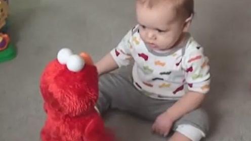1岁宝宝遇到奇葩玩具,直接成了这副样子,观众们笑惨了!