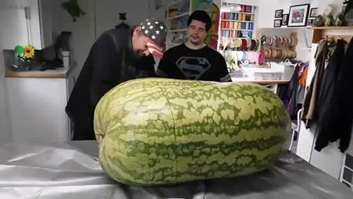 土豪花巨资购买的超级大西瓜,切开一看心都碎了