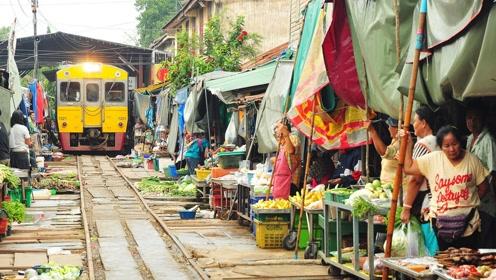 泰国的菜市场每天都有火车穿过,那小贩们都是怎么办的呢?