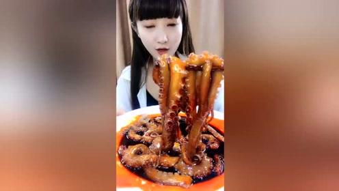 小姐姐吃章鱼爪,小嘴一顿啄呲溜呲溜的,一根接一根超带感!