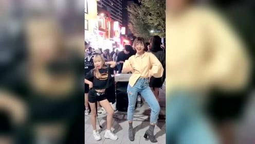 韩国姐妹花街头跳舞,真好看