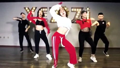 美女编舞《屋顶着火》,独特的性感,绝对比宋茜有味道!